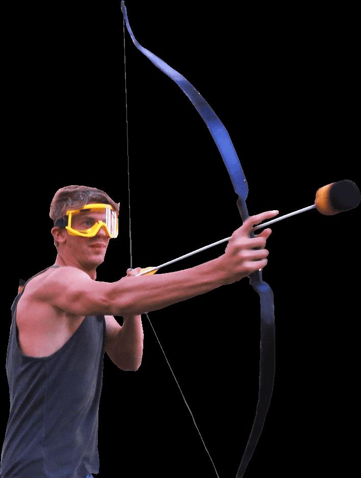 Stoer kerel speelt archery tag