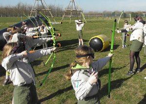 kinderen omsingelen doelwit in archery tag spel