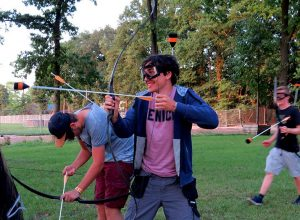Jongen speel archery tag, een pijl en boog spel